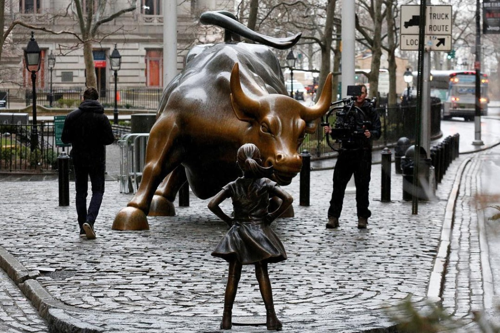 """""""The Fearless Girl"""" vs """"Charging Bull"""" in NYC"""